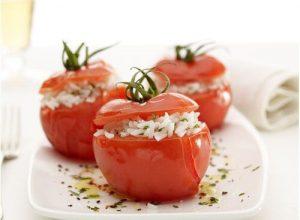 foto de tomates rellenos de arroz a las finas hierbas